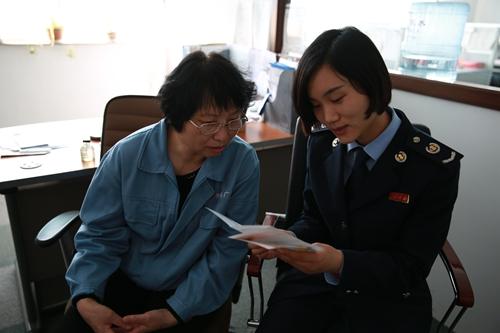城阳国税局工作人员对青岛市海港建机有限公司进行走访.jpg