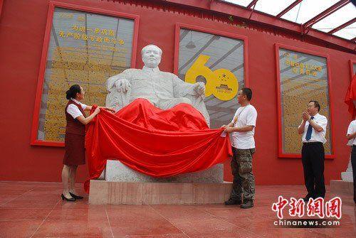 袖广场展中共4代领导人雕塑图片
