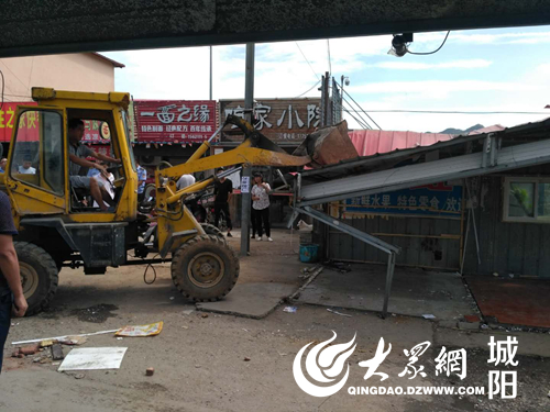 城阳执法局惜福镇中队拆除琴岛学院周边违建20余处