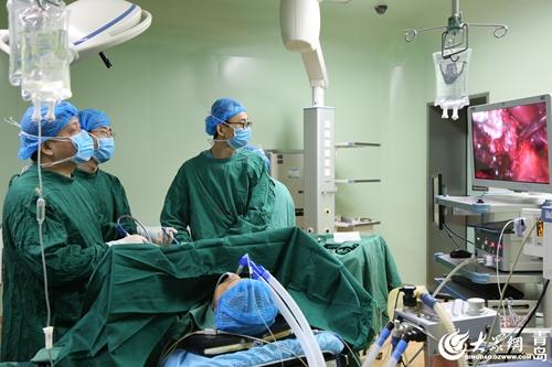 肝胆外科李磊医生正在开展手术