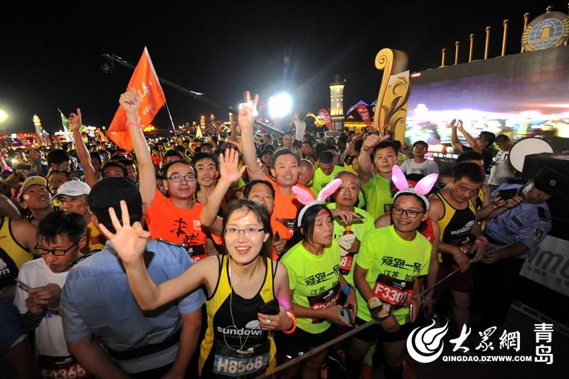 青岛西海岸夜跑马拉松从啤酒节出发(2017年资料图片).