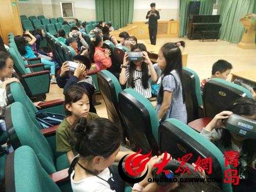 vr多维课堂走进了青岛香港路小学的小记者特色课堂