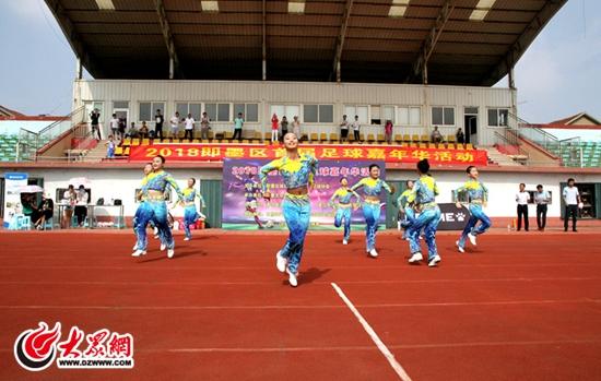 2018即墨区首届足球嘉年华活动在即墨区体育场举行,现场吸引了众多