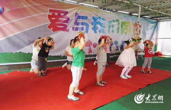 孩子们表演六一儿童节活动.-胶州红十字会志愿者与自闭儿童欢度六一