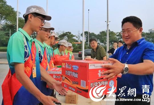 啤酒节指挥部总指挥郭振栋向志愿者发放物品.