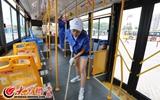 女孩穿上妈妈的工作服,帮妈妈打扫公交车。.JPG