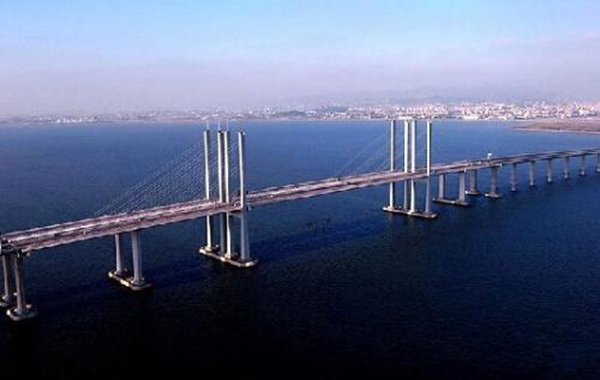 """是青岛市规划的胶州湾东西两岸跨海通道""""一路,一桥,一隧""""中的""""一桥""""."""