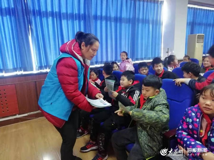 微信qq红包群:山西省永济交警进村宣讲冬季交通安全知识