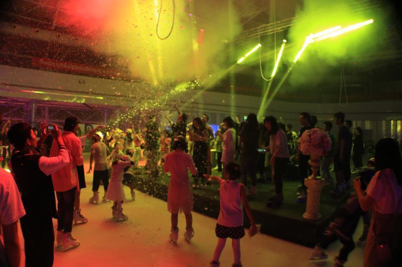 一场冰上的音乐派对,一次极致的冰火体验,一段冲破烦冗的生活爆破,一份青春热血的极限挑战,9月23日,海极星冰火之夜DJ音乐派对,在嘉年华澳乐购奥特莱斯隆重上演,这场现实版的冰与火之歌,可谓让众多前来参与的朋友们真实领略了炫酷与浪漫独一无二的碰撞,包括全国花滑锦标赛冠军张可欣的冰上舞蹈及国内知名乐队DJ打碟在内的多个精彩环节,都让来者体验到了难忘的视听盛宴。