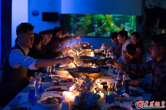 大众网青岛5月5日讯(记者 王明明 实习记者 黄煜婷 通讯员 姜晓菲)一年一度的母亲节就要来了,在这一天里,向母亲表达爱意,献上一束康乃馨,是所有子女对母爱的表白。母亲节临近,青岛海昌极地海洋公园也推出了力度十足的优惠活动,除了低至29.9元的票价优惠外,还将在母亲节期间推出花海火锅宴,通过此类活动以向全天下妈妈致以节日的敬意。      特惠一:长情陪伴,母亲游极地门票有优惠   自5月5日至5月13日,青岛市55周岁以上女士(持本人身份证或其它相关证件),购买极地馆+(欢乐剧场、深海奇幻、5D动