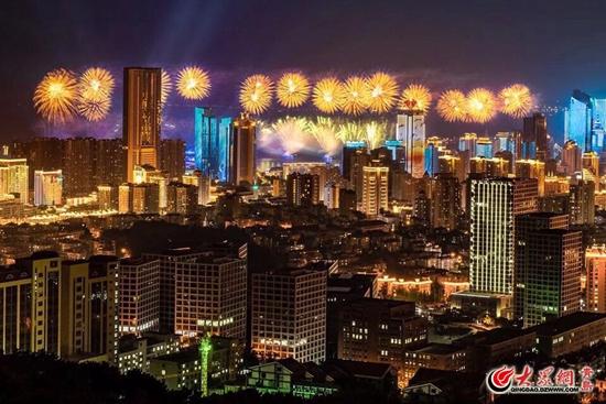 美丽的烟花和五四广场附近的夜景美出了新高度,为青岛市民及游客带来