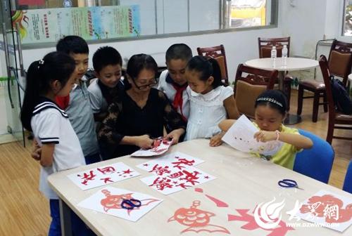 青岛包头路小学生剪纸献礼国庆