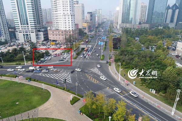 红线区为新建的20处停车位。   大众网青岛10月17日讯(记者 刘宇昕)自8月份交通大整治期间以来,市南交警根据交通大整治工作方案要求,在路口通行较为复杂的东海路与福州路路口重点进行治理,设置了20处停车位,同时让车让人交通文明理念从路口到人心。   大众网记者了解到,市南辖区的东海路与福州路路口由于地处东部商业圈,周边与海信广场、东部佳世客、麦凯乐等大型购物商场相邻,同时各大银行、办公大楼较为密集,住宅小区众多,因此车辆乱停乱放现象一直比较严重,由于东海路与福州路两大路口交汇处形成一个大三角区