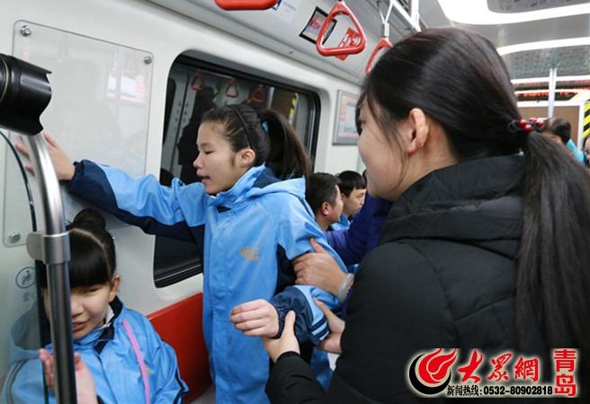 我是你的眼 青岛公交志愿者带盲童试乘地铁2号线