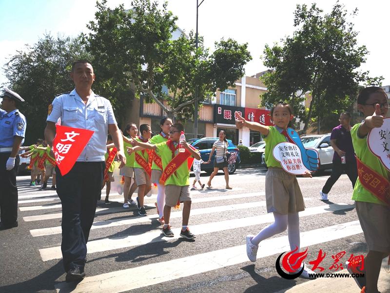 """青岛小学生开学前""""演习""""过马路 上好安全第一课"""