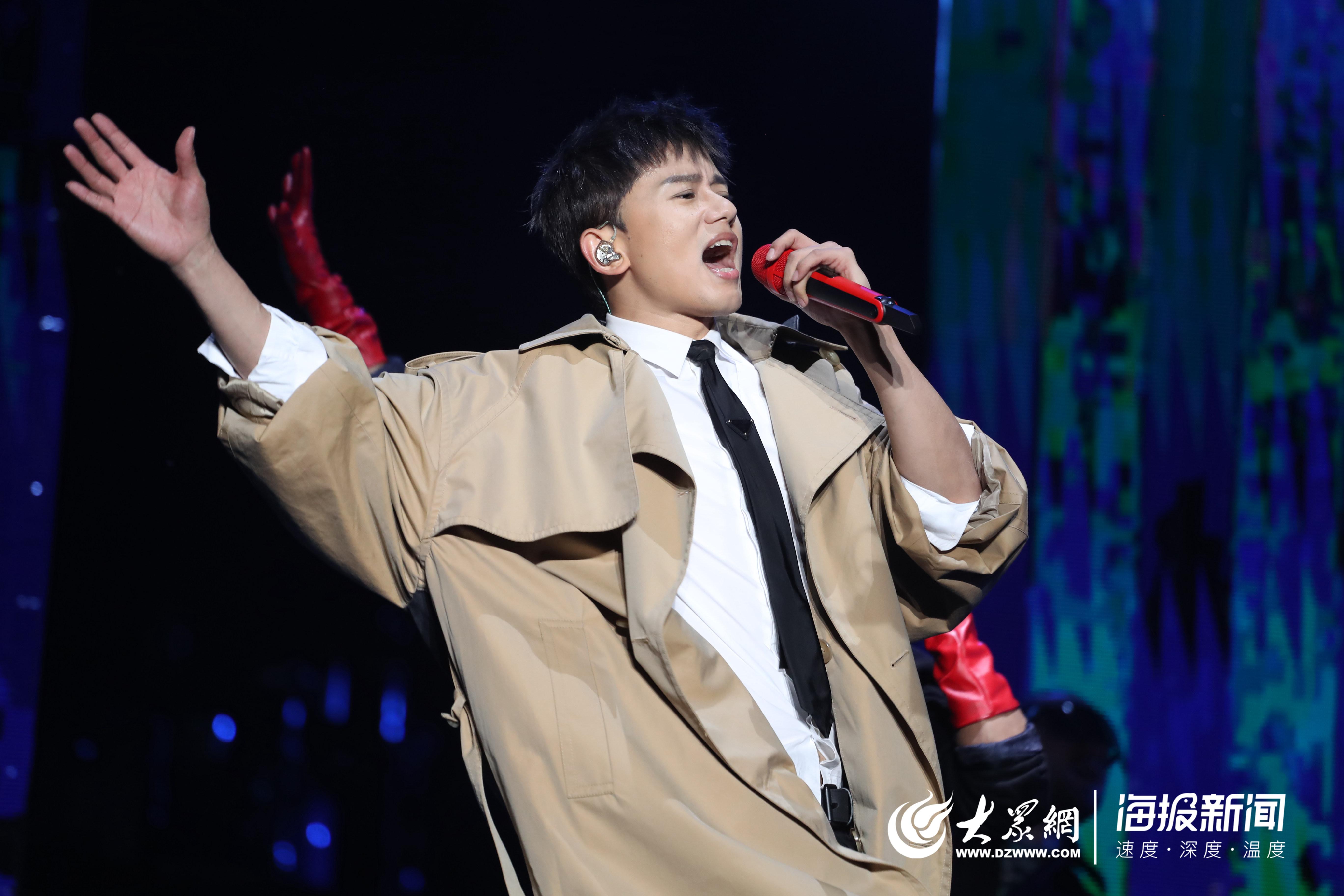 """张杰【未?live】巡回演唱会青岛站深情唱响 万人同唱"""""""