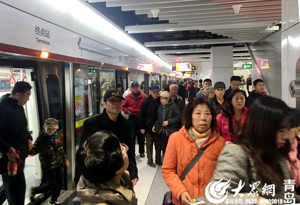 青岛地铁2号线东段试乘首日:座无虚席 一家老小齐出动