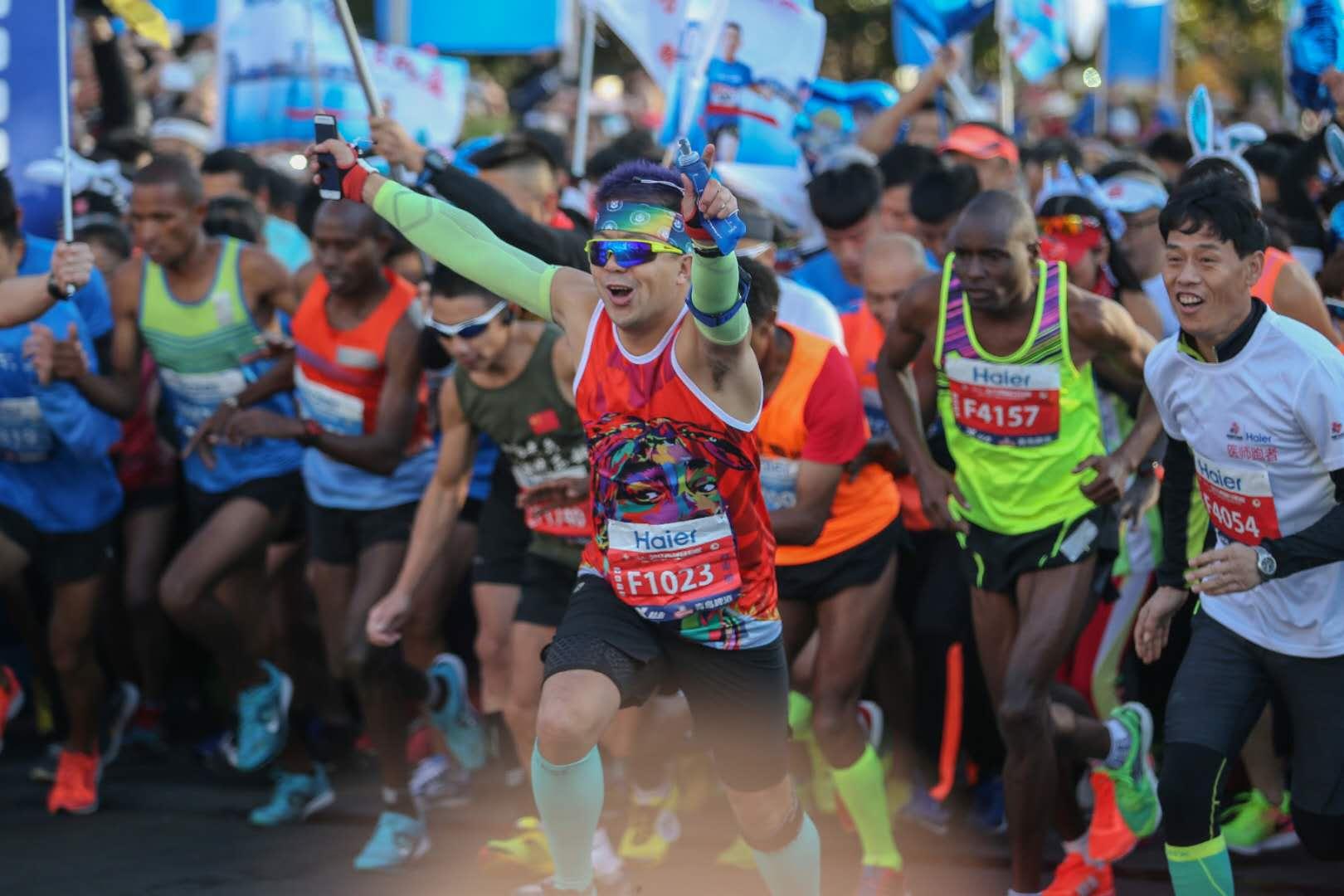 自2005国际马拉松大赛首次登陆青岛,时隔12年,从西海岸夜间国际马拉松到莱西姜山湿地国际马拉松,从青岛国际马拉松到海上国际马拉松,加上12月24日即将举办的即墨马拉松今年,共计8场马拉松席卷岛城。值得一提的是,11月5日举行的2017青岛国际马拉松还被列入奔跑中国改革开放序列。该系列赛是国内顶级马拉松赛事,通过全面展现繁荣中国、美丽中国、活力中国的新气象,彰显中华民族积极乐观、坚忍不拔的正能量,树立群众体育发展新标杆。   为此,记者专访青岛市体育局局长纪高尚,听他谈青岛与马拉松的不解之