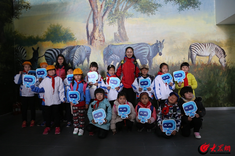 孩子们参观青岛滨海学院动物世界自然生态博物馆.