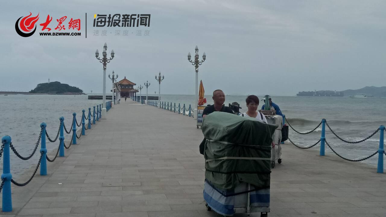青岛栈桥景区受台风影响关闭